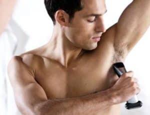 hombre depilándose el sobaco