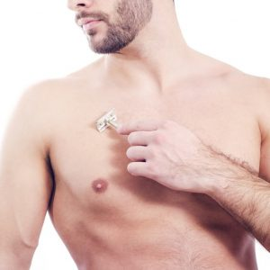 hombre depilándose el pecho con una cuchilla