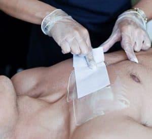 hombre depilándose el pecho con cera