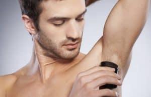 hombre poniéndose desodorante natural