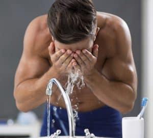 hombre usando un kit de limpieza facial