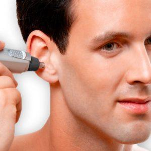 hombre usando recortadora para nariz y orejas en la oreja