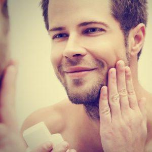hombre poniéndose gel facial