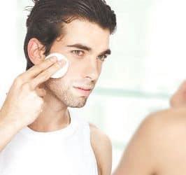 hombre joven con crema facial hidratante