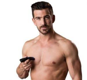 hombre joven usando una afeitadora corporal remington