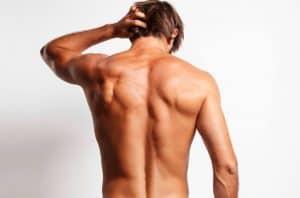 hombre joven sin pelos en la espalda