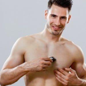 hombre depilándose el pecho