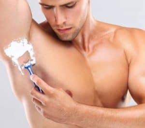 hombre depilándose la exila con cuchilla