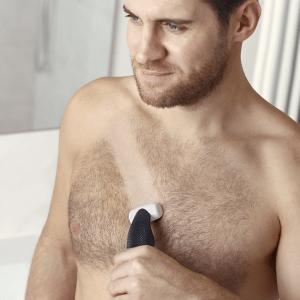 hombre usando una afeitadora corporal en el pecho