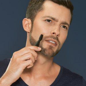 hombre arreglando la barba