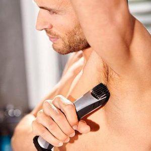 hombre usando una afeitadora corporal Philips