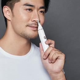 hombre usando una recortadoras para nariz y orejas en la nariz