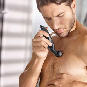 hombre usando una afeitadora corporal