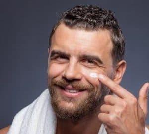hombre con crema facial antiarrugas