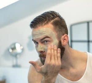 hombre con exfoliante facial