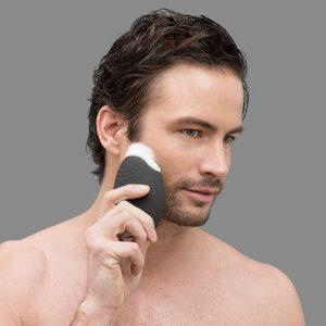 hombre usando un cepillo limpiador facial para hombre