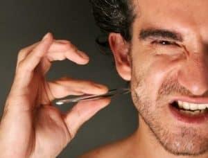 hombre quitándose un pelo encarnado
