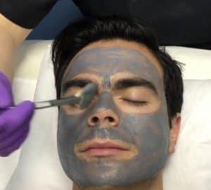 hombre con mascarilla facial