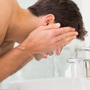 hombre limpiándose la cara