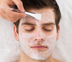 hombre poniéndose una mascarilla facial
