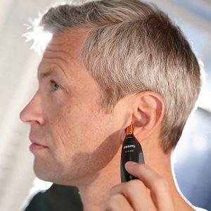 hombre depilándose las orejas con recortadora
