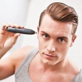 hombre depilándose las orejas