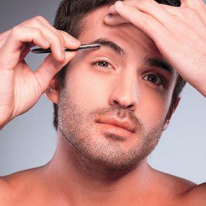 hombre depilándose las cejas