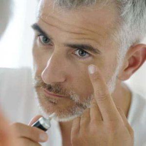 hombre mayor cuidándose la piel