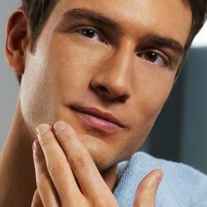 hombre joven con piel bonita