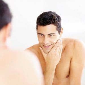 hombre que se cuida la piel de la cara