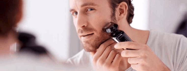 hombre usando una afeitadora