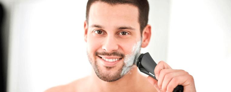 hombre con cepillo limpiador