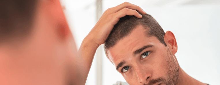 hombre cuidándose el pelo