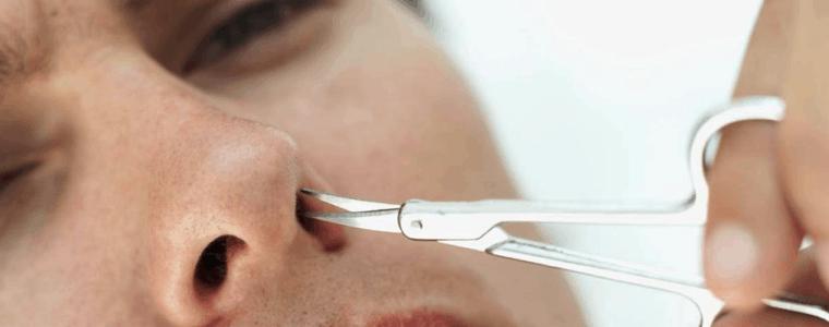hombre recortándoselas los pelos de la nariz