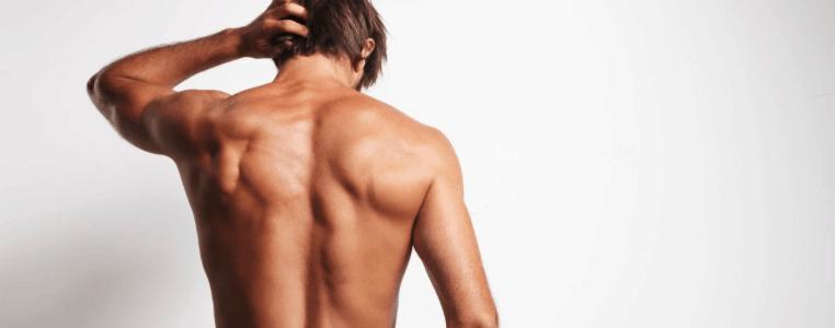 hombre con la espalda depilada