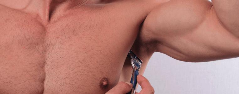 hombre depilándose con una cuchilla