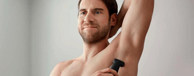 hombre depilándose la axila