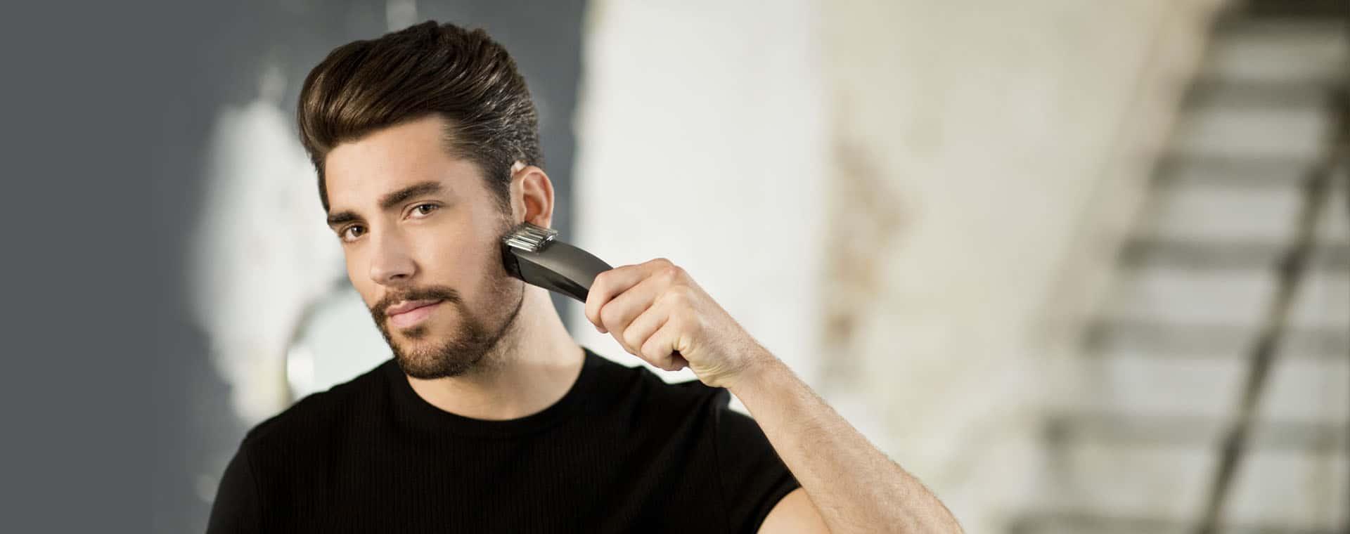 chico usando una recortadora de barba