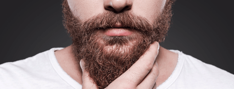 hombre tocándose la barba