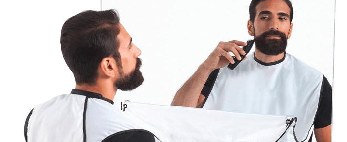 persona usando un delantal para afeitarse