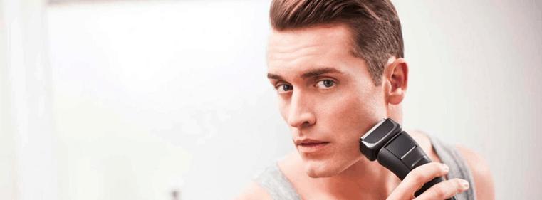hombre usando una maquina de afeitar