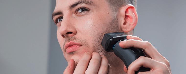 hombre usando máquina de depilar remington