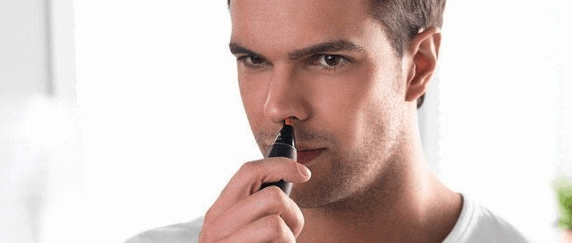 hombre depilándose la nariz