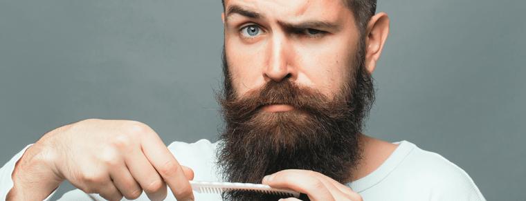hombre usando un peine para la barba