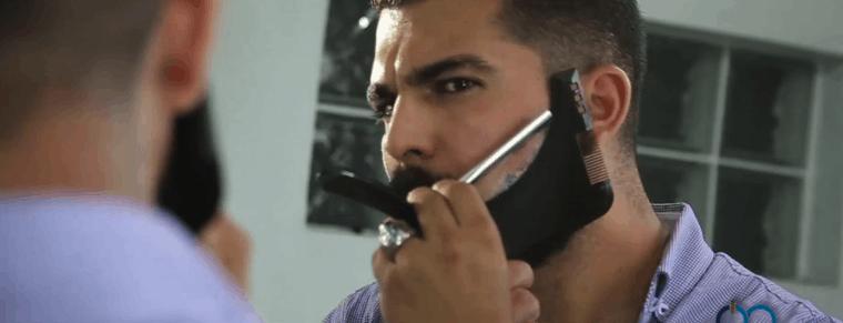 hombre usando uns plantilla para barba