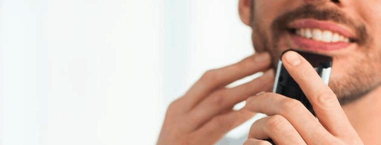 hombre recortándose la barba