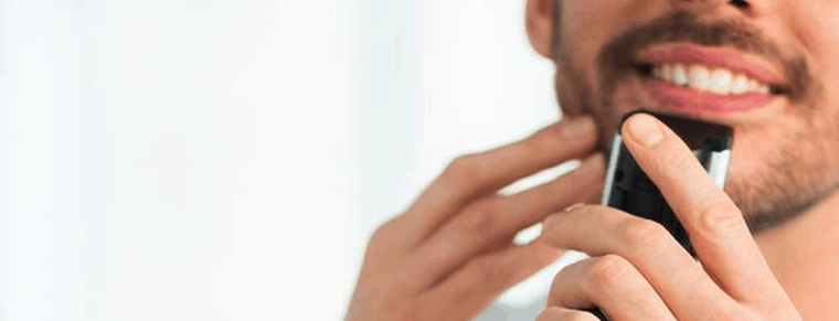 hombre usando una recortadora de barba philips