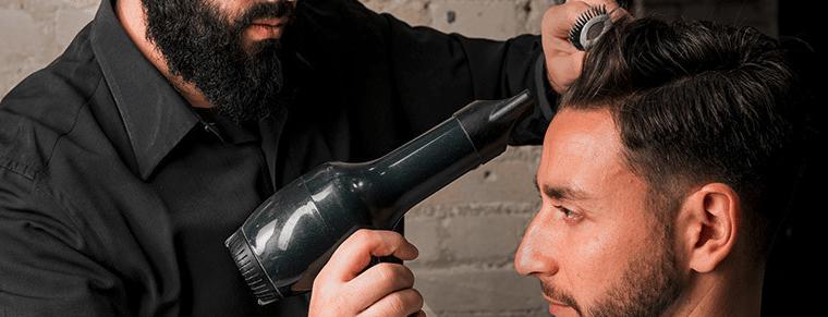 peluquero secando el pelo a un hombre