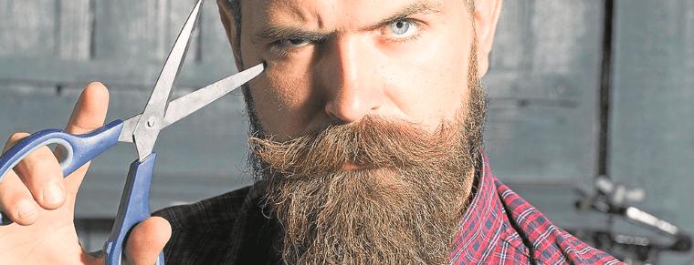 hombre con tijeras para barba