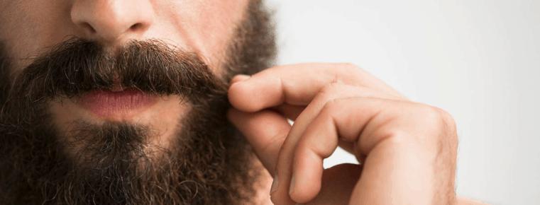 hombre tocándose el bigote